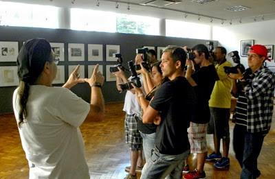 Sociedade Fluminense de Fotografia, grupo em visita a uma das exposições do local