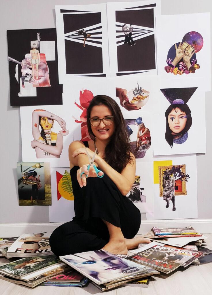 Mulher de cabelos castanhos, macacão preto e óculos de grau - a artista Joana Martins - está sentada em meio a revistas, com uma tesoura nas mãos. Ao fundo, diversas imagens de suas obras de artes, todas baseadas em processo de colagem.