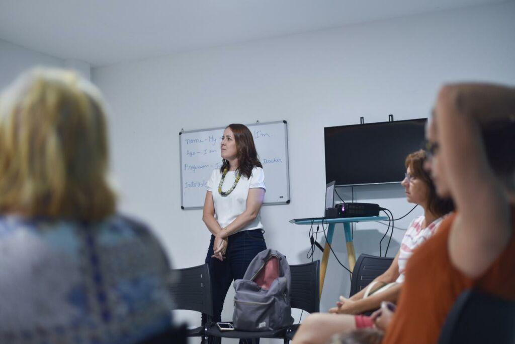A professora Roberta Falcao dando uma aula para um grupo foto divulgacao Ruby Academy Mercado de trabalho: como vencer o medo das entrevistas em inglês
