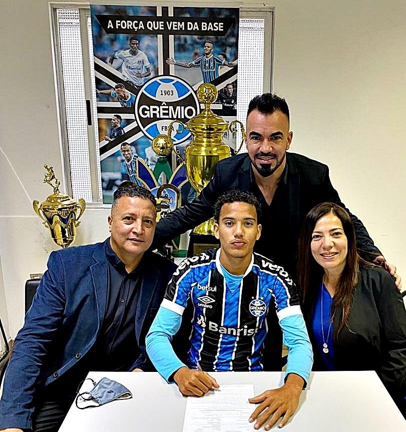 Foto divulgacao Washington Press Talento do futebol de São Gonçalo assina com o Grêmio até 2022