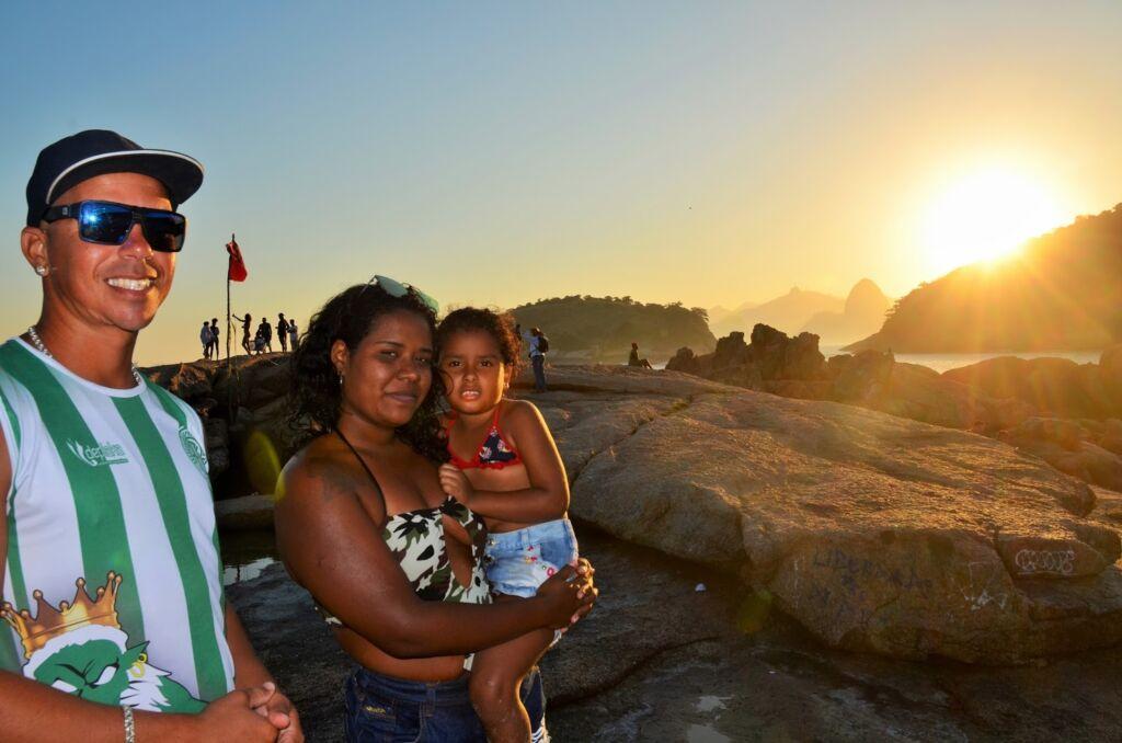 Luiz Henrique Mayara e a filha Ana Luiza aproveitam da vista da Pedra da Baleia foto Luana Dias Recantos para admirar o por do sol na cidade de Niterói