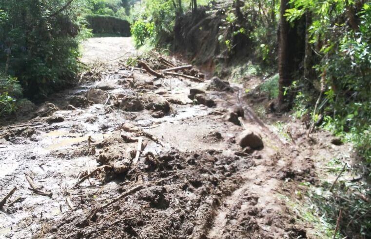 Estrada que dá acesso à Pedra da Macela, no município de Cunha (SP), é interrompida