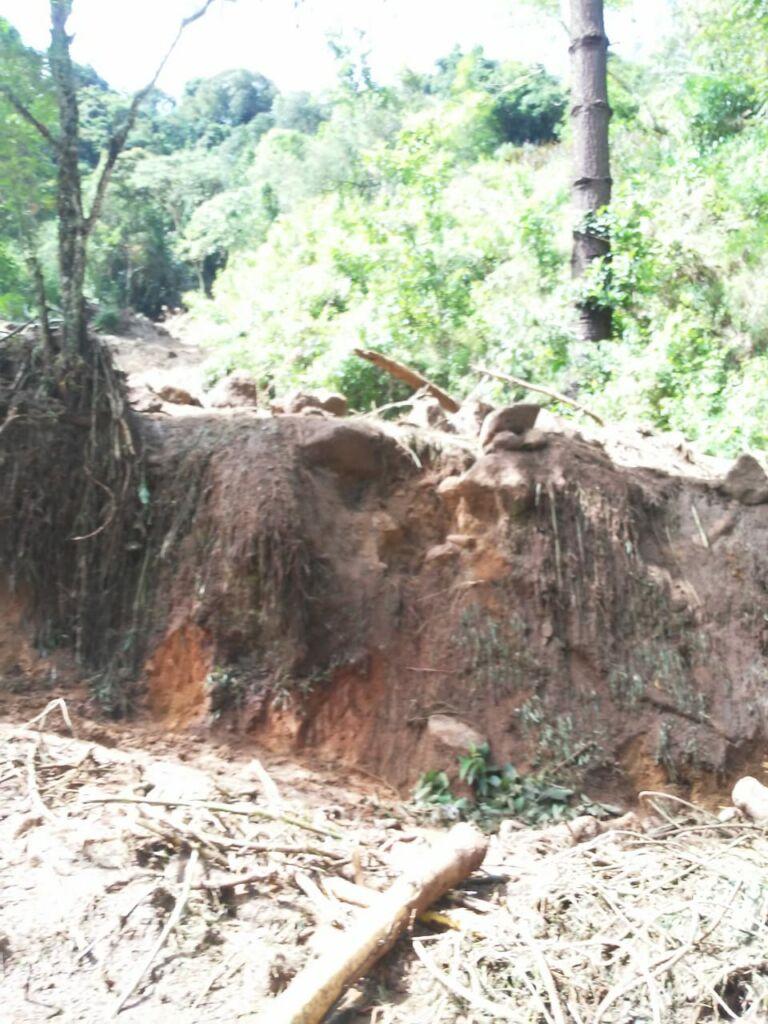 deslizamento de terra estrada cunha paraty 2021 Estrada que dá acesso à Pedra da Macela, no município de Cunha (SP), é interrompida