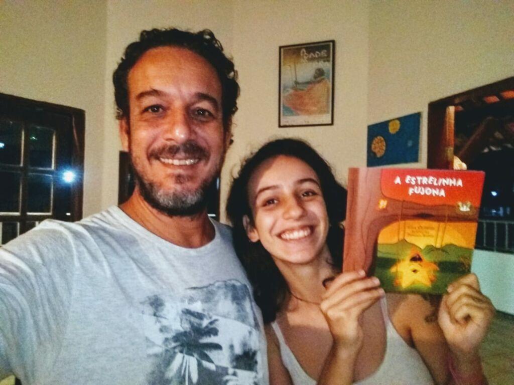 """Lula Oliveira ao lado de Clara sua filha mais velha inspiracao nas memorias afetivas de contacao de estorias """"A Estrelinha Fujona"""" e suas aventuras"""